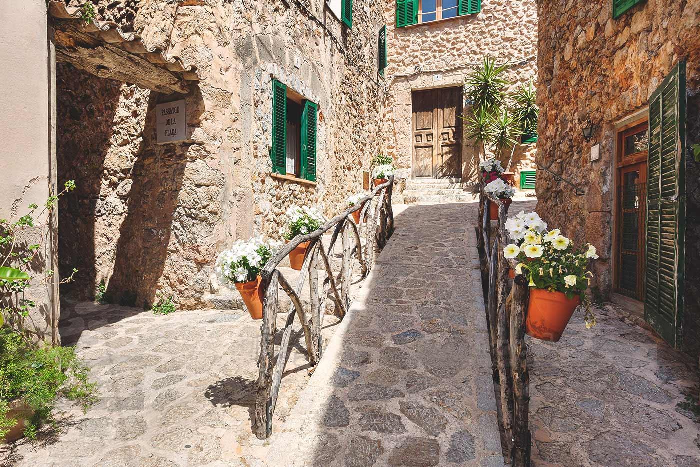 Bild der authentischen Straßen der maurischen Stadt Valldemossa